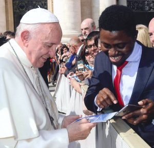 richie_teaching-selfie-to-pope
